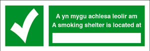 A yn mygu achiesa leolir am a smoking shelter is located at. sign.
